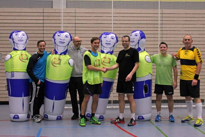 Förderverein beschenkt die Handballer mit Trainingsequipment